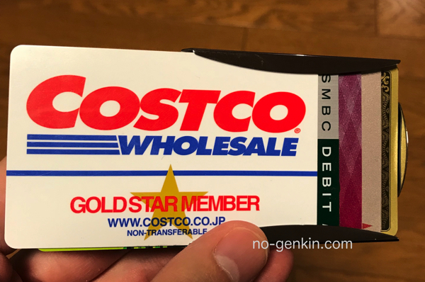 STORUSのスマートマネークリップにカードを差し込む