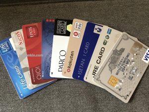 複数枚のクレジットカードのイメージ